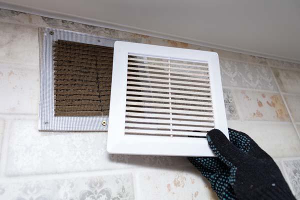 Comment nettoyer la sortie de ventilation d'une cuisine