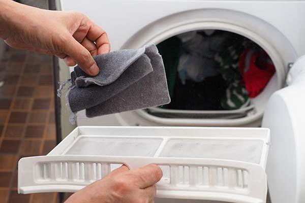 Comment nettoyer le filtre à peluche d'un sèche-linge